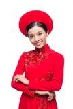 Novia vietnamita encantadora en Ao rojo Dai Traditional Dress con h Foto de archivo libre de regalías