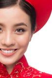 Novia vietnamita encantadora en Ao rojo Dai Traditional Dress con h Fotos de archivo