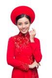 Novia vietnamita encantadora en Ao rojo Dai Traditional Dress con h Imagen de archivo