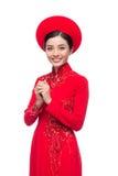 Novia vietnamita encantadora en Ao rojo Dai Traditional Dress con h Imagenes de archivo