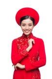 Novia vietnamita encantadora en Ao rojo Dai Traditional Dress con h Foto de archivo
