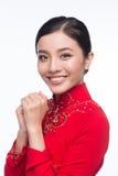 Novia vietnamita encantadora en Ao rojo Dai Traditional Dress con h Fotografía de archivo