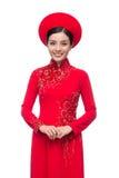 Novia vietnamita encantadora en Ao rojo Dai Traditional Dress con h Imágenes de archivo libres de regalías