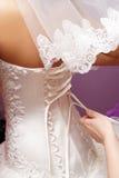 Novia. Vista para arriba el vestido de boda. Foto de archivo