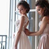 Novia y damas de honor hermosas en vestidos de lujo Foto de archivo