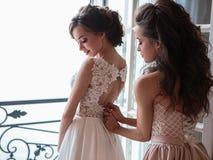 Novia y damas de honor hermosas en vestidos de lujo Foto de archivo libre de regalías