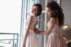 Novia y damas de honor hermosas en vestidos de lujo Imagenes de archivo