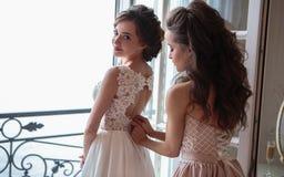 Novia y damas de honor hermosas en vestidos de lujo Fotos de archivo libres de regalías