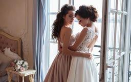 Novia y damas de honor hermosas en vestidos de lujo Fotografía de archivo libre de regalías