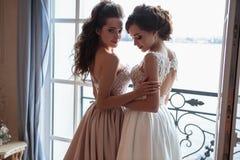 Novia y damas de honor hermosas en vestidos de lujo Imagen de archivo libre de regalías