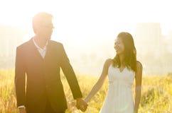 Novia y novio al aire libre Imagen de archivo