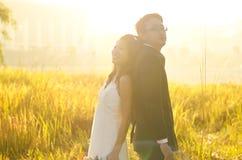 Novia y novio al aire libre, Imagen de archivo libre de regalías