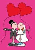Novia y novio cada tenencia un globo en forma de corazón Foto de archivo libre de regalías