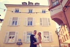 Novia y novio cerca de la casa Fotos de archivo