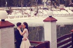 Novia y novio cerca del lago Fotografía de archivo