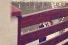 Novia y novio cerca del lago Fotos de archivo
