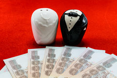Novia y novio con el billete de banco para casarse concepto del coste Fotos de archivo