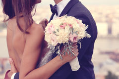 Novia y novio con el ramo de la boda Foto de archivo