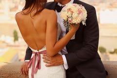 Novia y novio con el ramo de la boda Imagen de archivo libre de regalías
