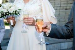 Novia y novio con los vidrios de champán Foto de archivo
