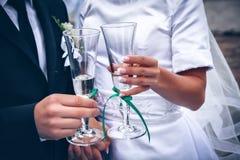 Novia y novio con los vidrios de champán Fotografía de archivo libre de regalías