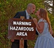 Novia y novio de la señal de peligro de la boda Imágenes de archivo libres de regalías