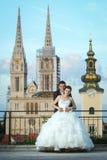 Novia y novio delante de la catedral Imagen de archivo