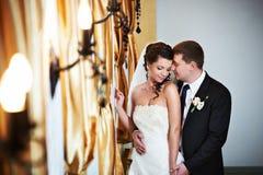 Novia y novio elegantes en día de boda Imagenes de archivo