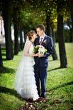 Novia y novio en caminata de la boda Fotografía de archivo