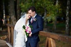 Novia y novio en caminata de la boda Fotos de archivo libres de regalías