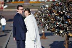 Novia y novio en caminata de la boda Fotografía de archivo libre de regalías