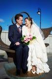 Novia y novio en caminata de la boda Imagenes de archivo