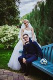 Novia y novio en casarse árboles cercanos ceramony en novia y novio sonrientes del parque Pares hermosos en novia y gro de abarca Imagen de archivo