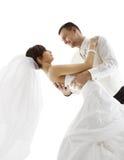 Novia y novio en danza, casandose el baile de los pares, mirando la cara Imágenes de archivo libres de regalías