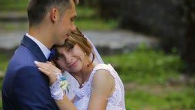 Novia y novio en el amor que mira uno al bosque verde hermoso