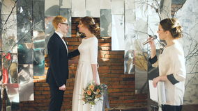 Novia y novio en el beso de la ceremonia de boda después del discurso del secretario Celebración dentro almacen de video
