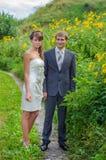 Novia y novio en el camino Imagenes de archivo