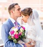 Novia y novio en el día de boda que caminan al aire libre Abarcamiento feliz de los recienes casados Pares cariñosos Imágenes de archivo libres de regalías