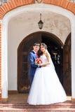 Novia y novio en el día de boda que caminan al aire libre Abarcamiento feliz de los recienes casados Pares cariñosos Fotos de archivo libres de regalías