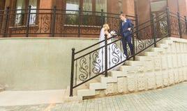 Novia y novio en el día de boda que caminan al aire libre Abarcamiento feliz de los recienes casados Pares cariñosos Fotos de archivo