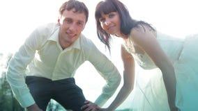 Novia y novio en el día de boda que caminan al aire libre encendido almacen de metraje de vídeo