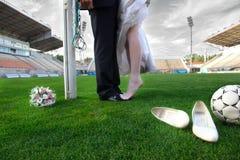 Novia y novio en el estadio de fútbol fotografía de archivo