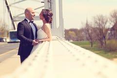Novia y novio en el puente blanco Fotos de archivo