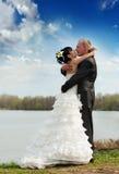 Novia y novio en el río Fotografía de archivo