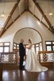 Novia y novio en iglesia. Imagen de archivo libre de regalías