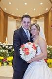Novia y novio en iglesia Imagen de archivo libre de regalías
