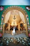 Novia y novio en interiores hermosos Imagen de archivo libre de regalías