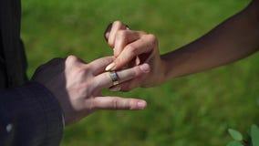 Novia y novio en la ceremonia de boda metrajes