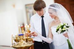 Novia y novio en la iglesia Imagen de archivo libre de regalías