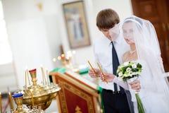 Novia y novio en la iglesia Foto de archivo libre de regalías
